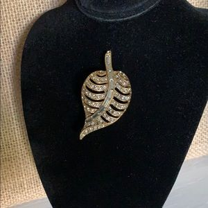 Vintage Gold Tone Leaf Brooch in great condition